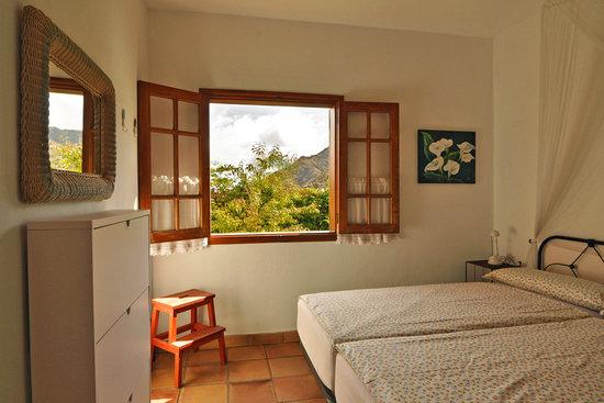 Elvira Casa: Dormitorio, coclhones de muelles embolsados de Ikea.