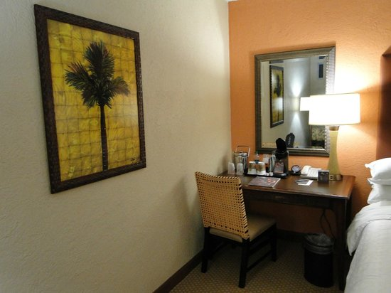 Sheraton Old San Juan Hotel: Useable desk and beverage area