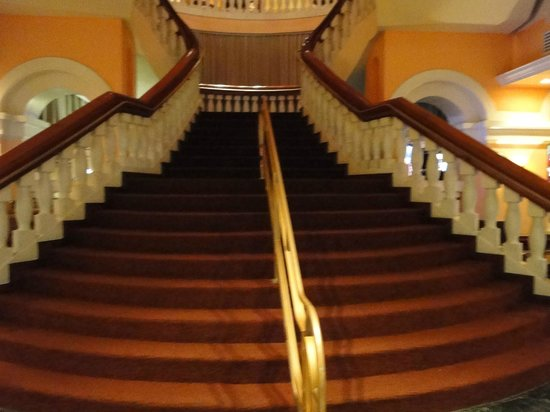 Sheraton Old San Juan Hotel: Grand staircase to the restaurant