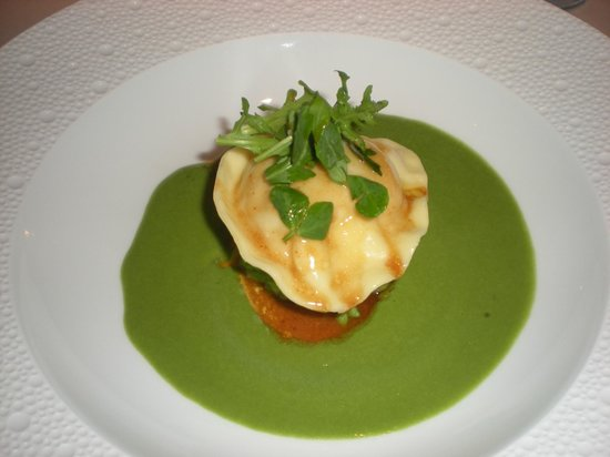 Restaurant Gordon Ramsay: Hens Egg Ravioli & Leek Veloute