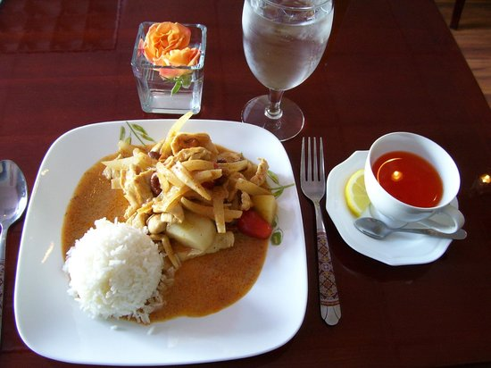 Sri Siam: Massaman Curry with chicken, Thai tea