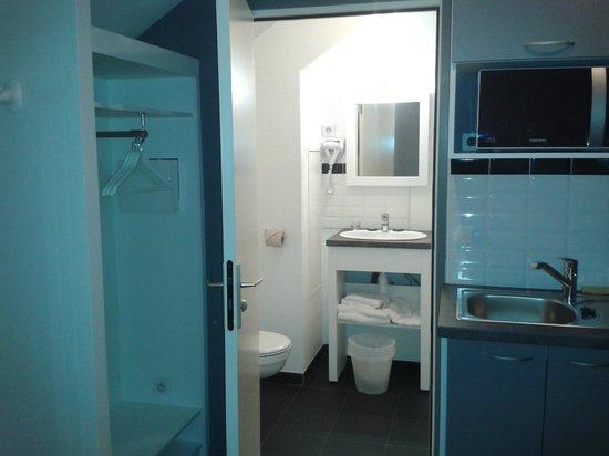 Calm Appart Hotel : Zona de la cocina, el baño al fondo y perchas