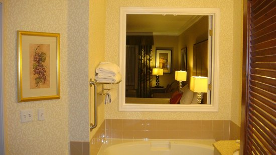 Hilton Garden Inn Napa : Separate shower and jetted tub with window!
