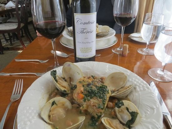 Comtesse Therese Bistro: Yummy hake fish stew with a superb Merlot!