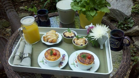 1900 Inn on Montford : Breakfast in our private backyard