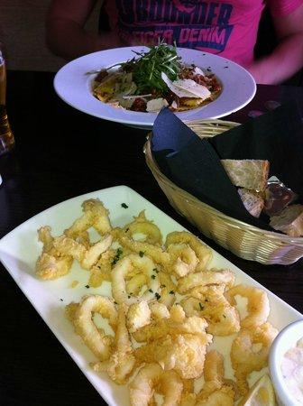 Bianco's: kalmary, makaron ravioli z szynką parmeńską, suszonymi pomidorami...