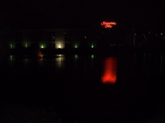 Hampton Inn Bonita Springs/Naples North: View of hotel at night from Hwy 41