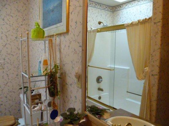 Huber's Inn Port Townsend: Two-Room Suite Bathroom