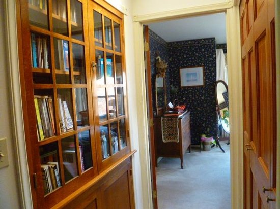 Huber's Inn Port Townsend: Library in Hallway to King Suite