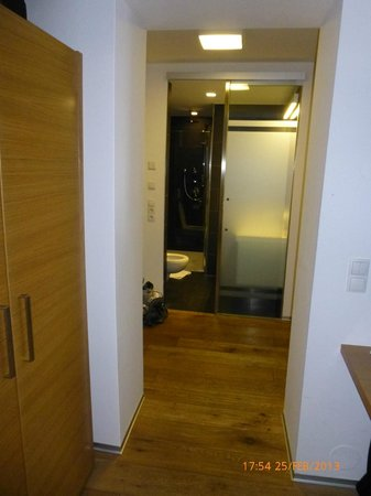 Alpin Silvretta Apartments: View into hallway & bathroom