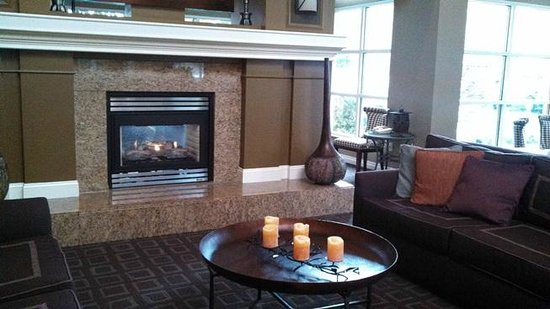 Hilton Garden Inn Napa : lobby fireplace area
