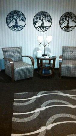Hilton Garden Inn Napa: sitting area outside elevator -- very nice