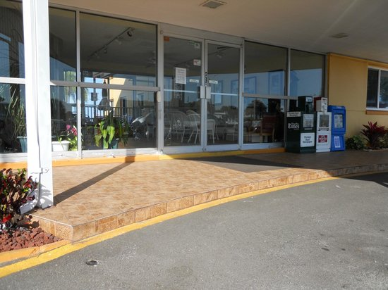 Page Terrace Beachfront Hotel: Lobby not  accessible for wheelchair.
