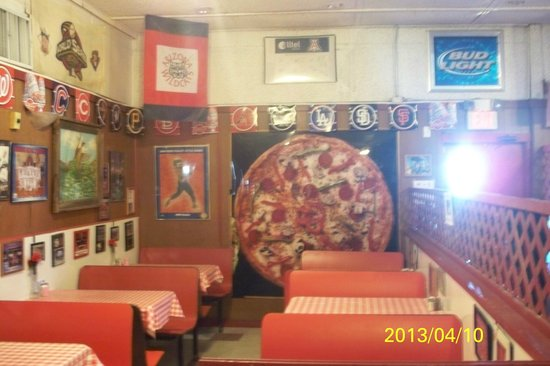 G & F Pizza Palace: Interior seating