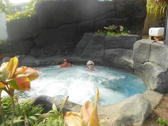 Waipouli Beach Resort: One of the 3 hot tubs