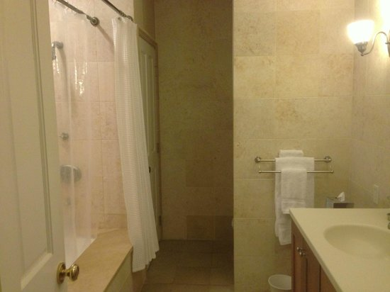 German Village Guest House: Beautiful bathroom with floor to ceiling marble tile.