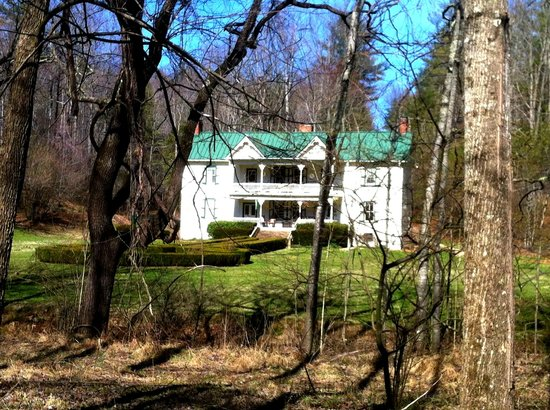 Mountain Rose Inn: The Inn from across the Creek