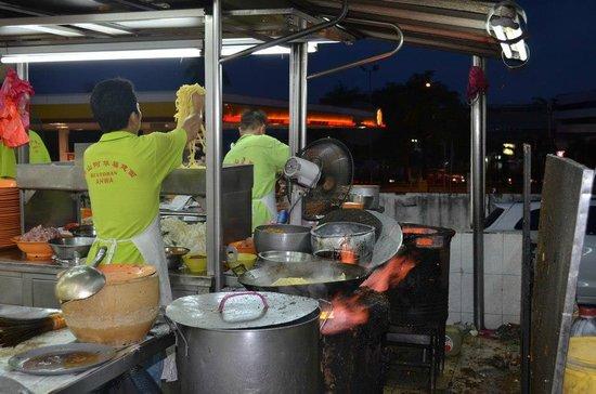 Food Tour Malaysia: watching Black Hokkien Noodles being prepared