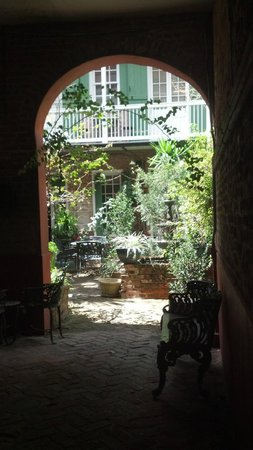 Bon Maison Guest House: View from the front door looking into the courtyard