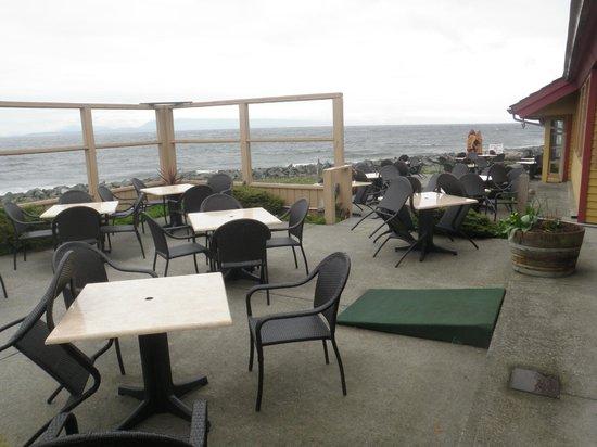 Salmon Point Restaurant: outdoor patio