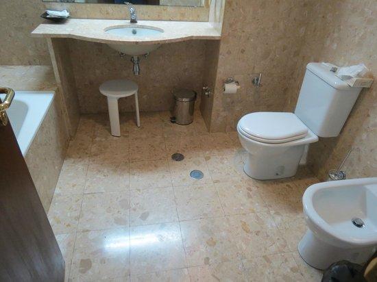 Hotel Apartamentos Gaivota: Granite lined bathroom with toilet and bidet