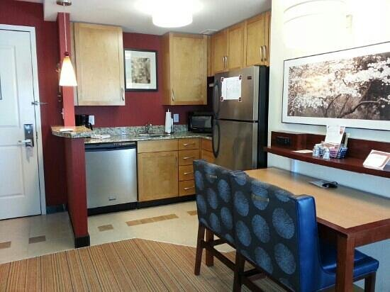 Residence Inn Arlington Capital View: nice kitchenette
