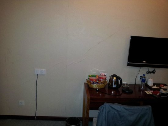 Victor Hotel: Cracked walls