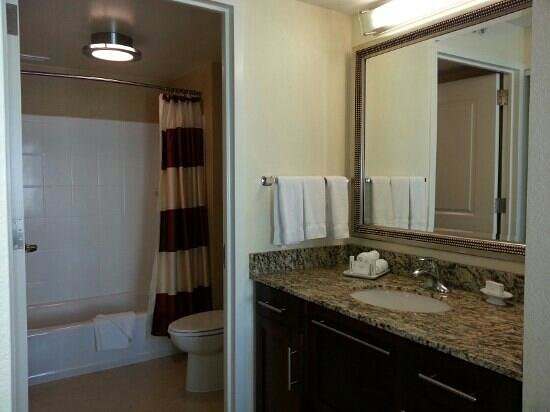 Residence Inn Arlington Capital View: bath area