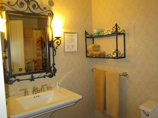 Marines Memorial Club Hotel: Bathroom