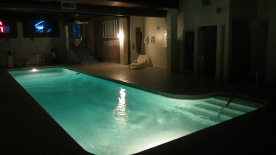 Thunderbird Motel: Indoor heated pool, until 10pm, plus jacuzzi, shower