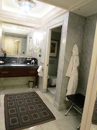 Four Seasons Istanbul at the Bosphorus: Bathroom