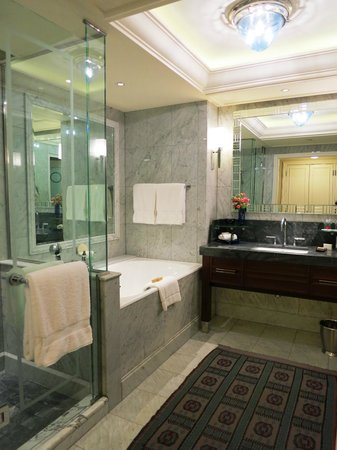 Four Seasons Istanbul at the Bosphorus: Spacious bathroom