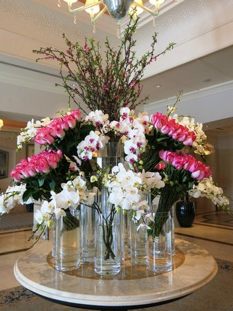 Four Seasons Istanbul at the Bosphorus: Another beautiful flower arrangement - in the lounge/bar