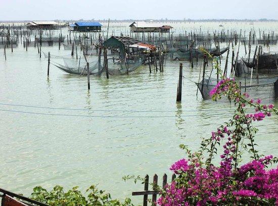 Fishermen on Ko Yo sometimes build their houses on the water of the giant brackish lake.