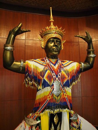 Ko Yo: Statue depicts Nora folk dancing, a distinctive southern Thailand style.