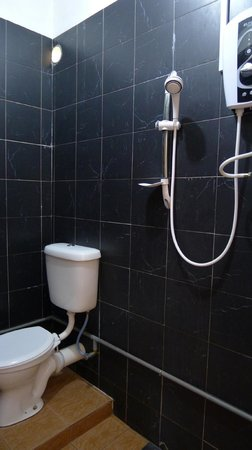 Roof Top Guest House Melaka: Our bathroom