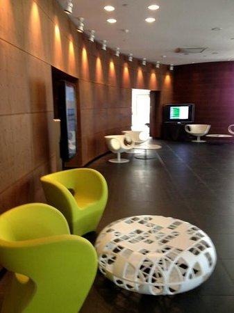 The Hub Hotel: lobby