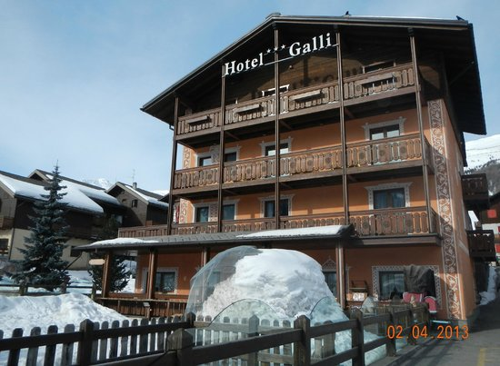 Hotel Galli: Main road side