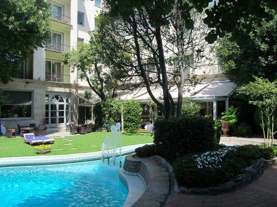 แกรนด์ โฮเต็ล วิลล่า เมดิซี่: The beautiful pool and garden.