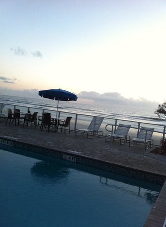 Lotus Boutique Inn & Suites Daytona Beach / Ormond Beach: 7am by the pool area looking out onto the beach