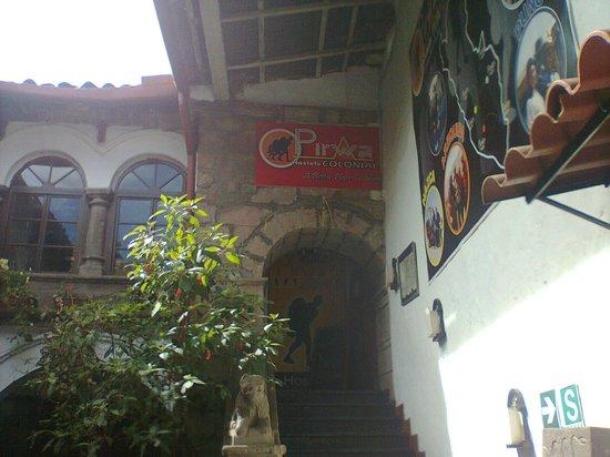 Pirwa Colonial Hostel: la subida de una de las escaleras