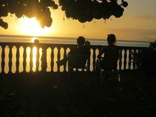 Taaroa Lodge: Can watch beautiful sunsets from the hostel grounds