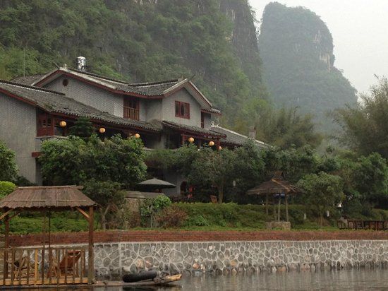Yangshuo Mountain Retreat: View of hotel from bamboo raft