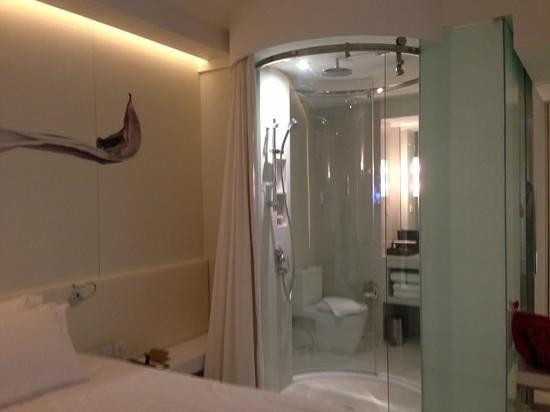 Centara Watergate Pavillion Hotel Bangkok Transparent Bathroom