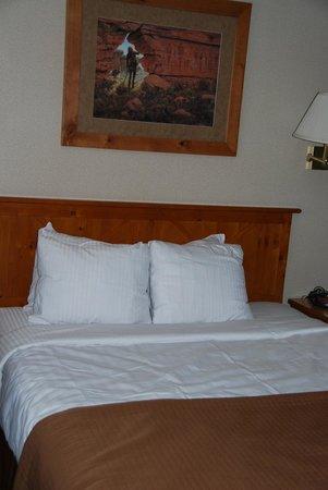 Best Western Plus Ruby's Inn: lots of pillows!