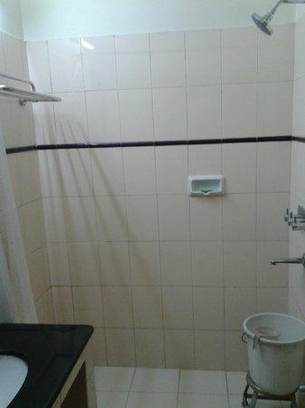 Rukmini Riviera Hotel: bathroom
