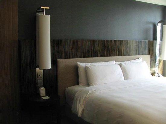 Hotel ICON: ベッドサイド