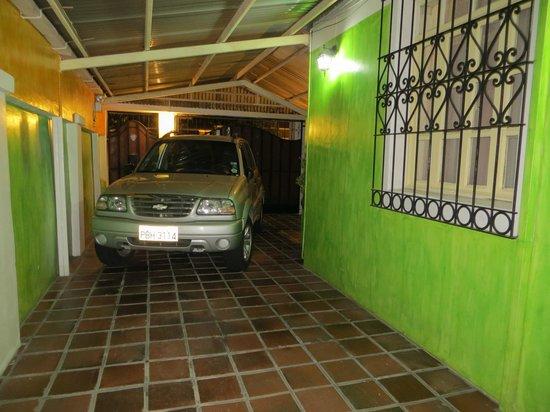 Hotel Andino: Car park