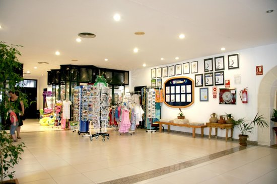 Royal Son Bou Family Club : Boutique con prensa diaria