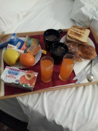Ancient Romance B&B: Breakfast in bed.